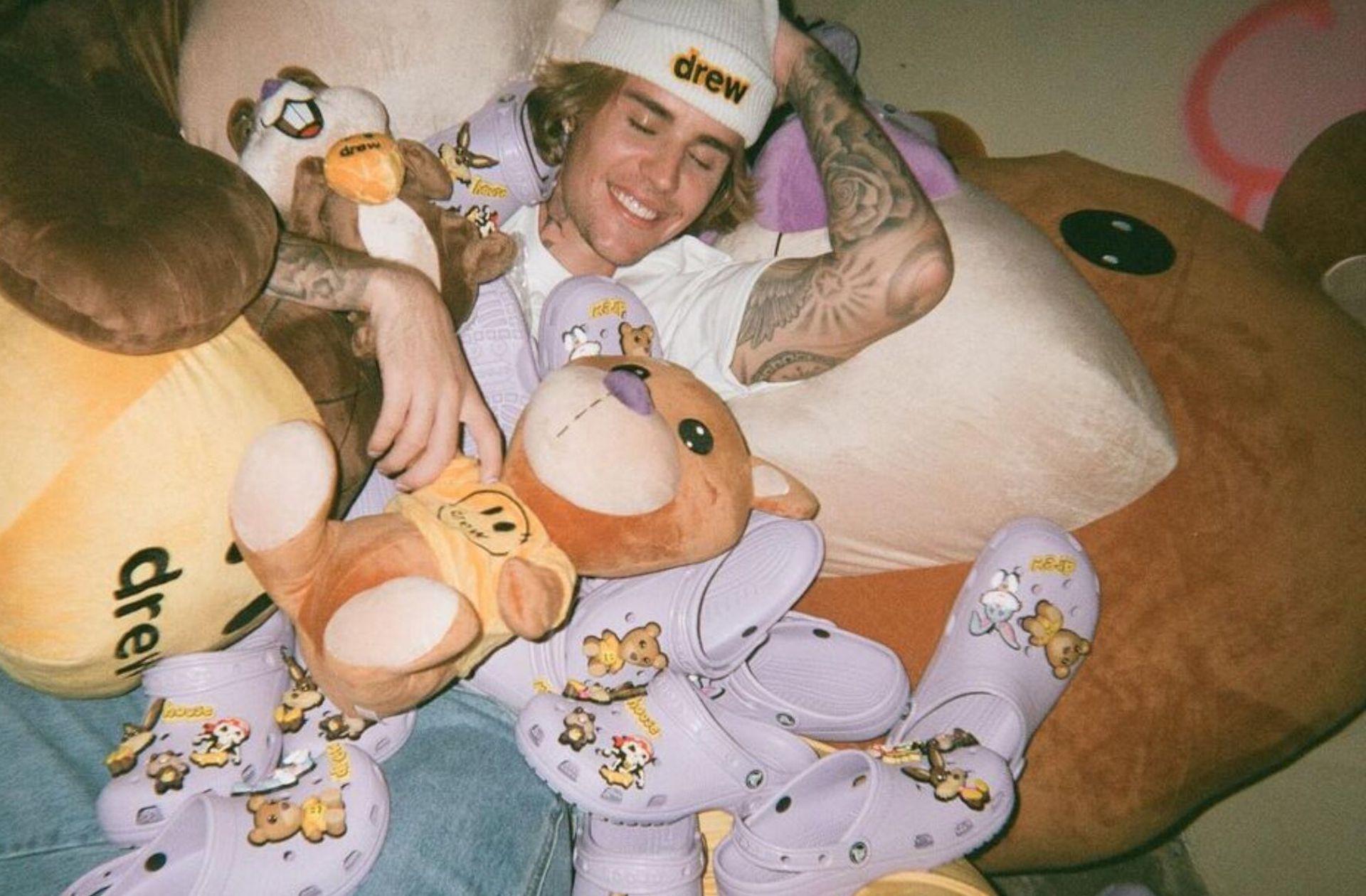 Justin Bieber, recouvert de chaussures Crocs issues de sa collab avec la marque américaine
