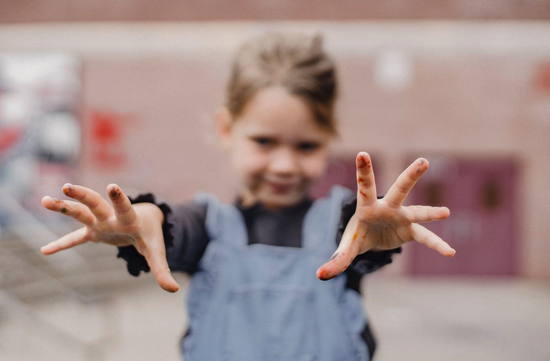 Incroyable, les petites filles ont des mains, mais toujours pas de poches où les mettre