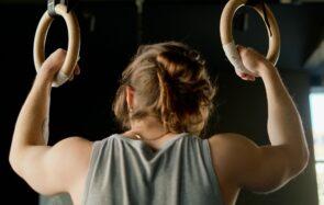 Un gymnaste en train de s'entraîner aux anneaux (photo prétexte de banque d'image)