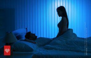 un homme et une femme dans une chambre à la lumière tamisée