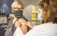 une femme qui vient de recevoir un vaccin