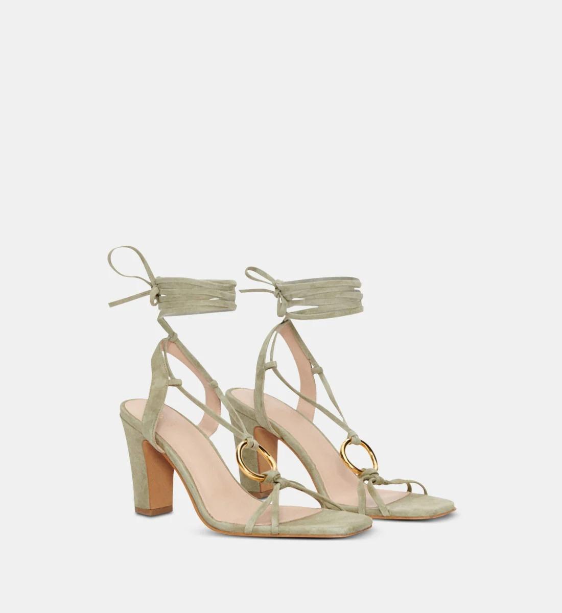 Sandales en cuir de chèvre velours orné d'un anneau, Claudie Pierlot, 147€ au lieu de 245€.