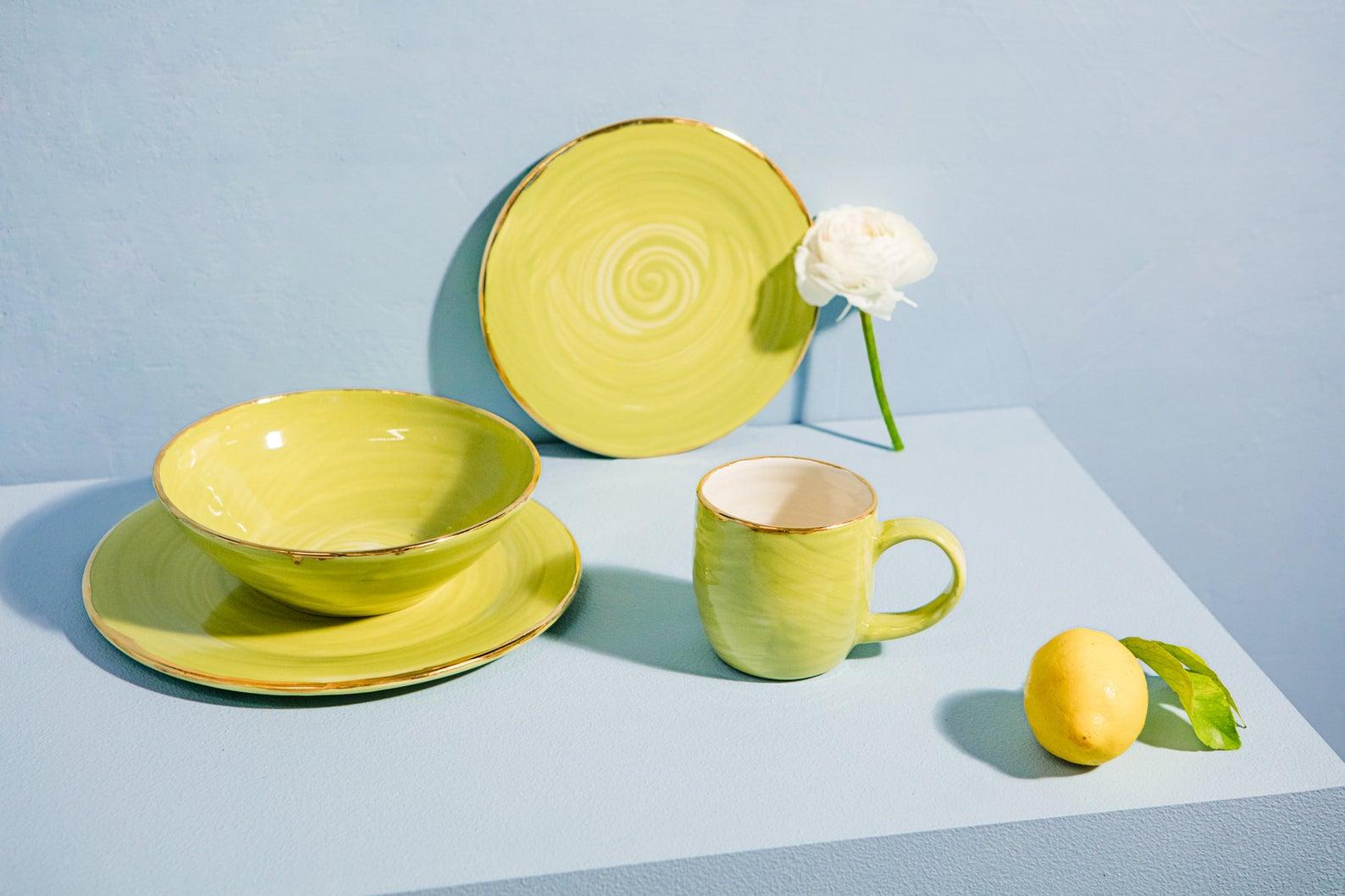 Service de table en céramique anis et bordure dorée, à partir de 60,84€.