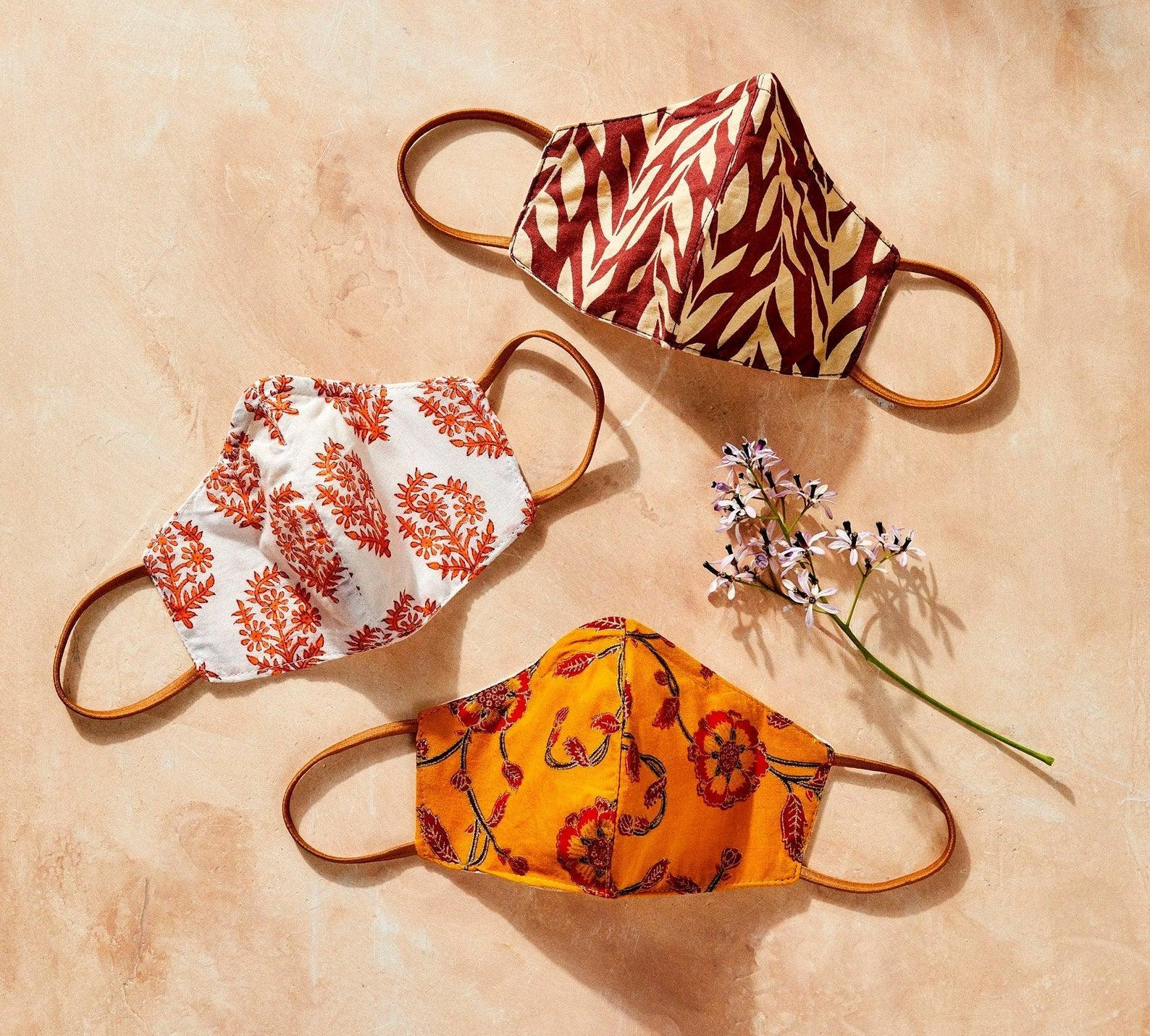 Ensemble de 3 masques de protection respiratoire en coton cousu à la main et décoré de motifs, DandEDiscovered, 51,18€.