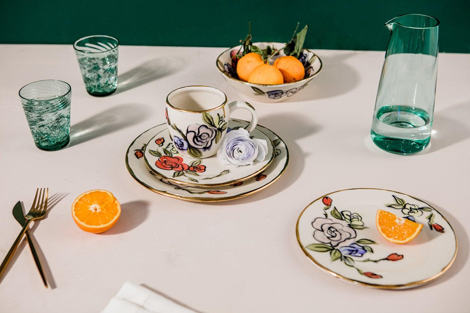 Service à thé aux motifs floraux et bordures dorées, Prabal Gurung x Etsy avec TwinettePoterie, à partir de 73,88€.
