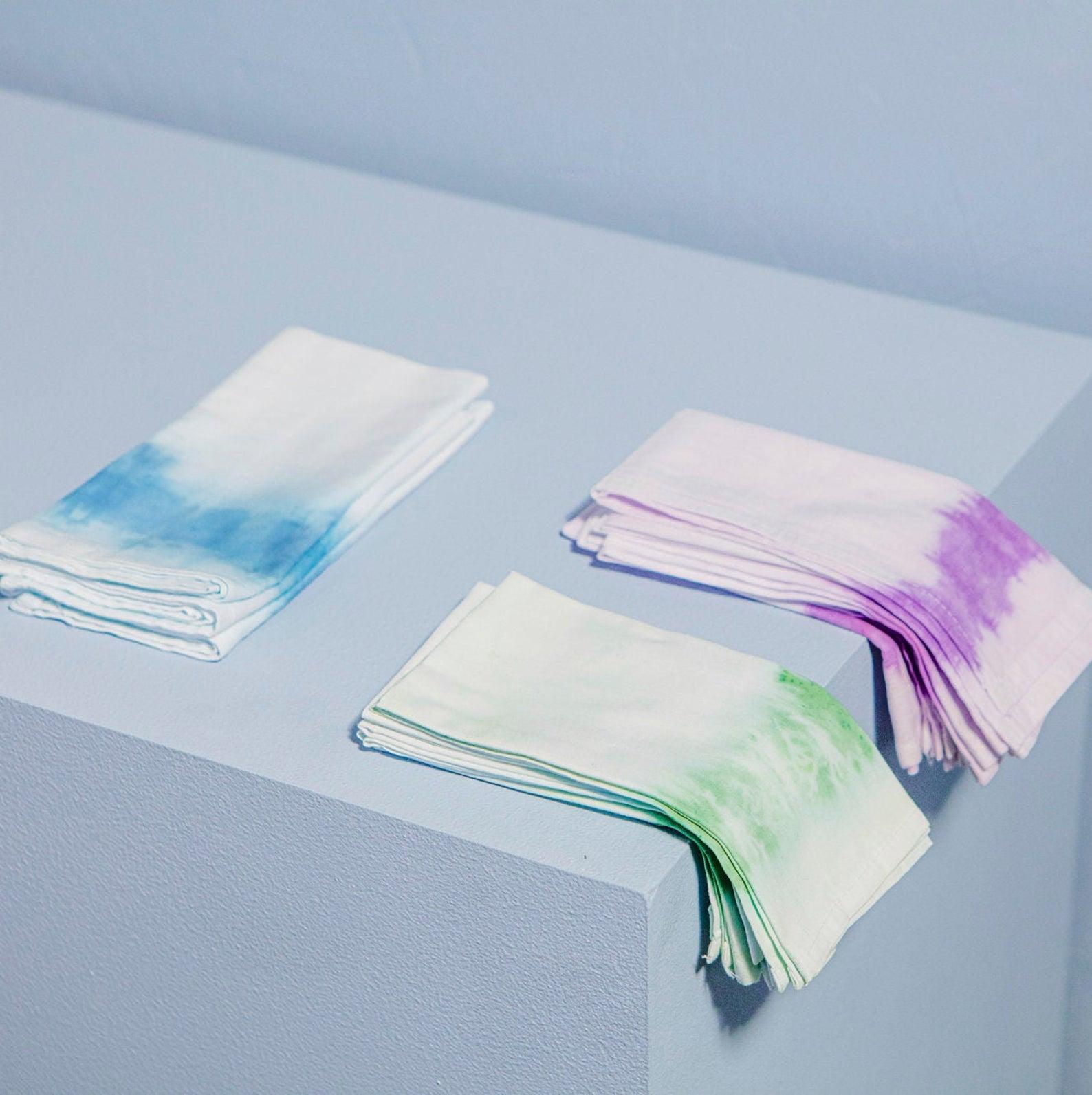 Ensemble de 2 serviettes bleues, 2 vertes, et 2 violettes, teintes en dégradé à la main en coton, 48,32 les 6 serviettes.
