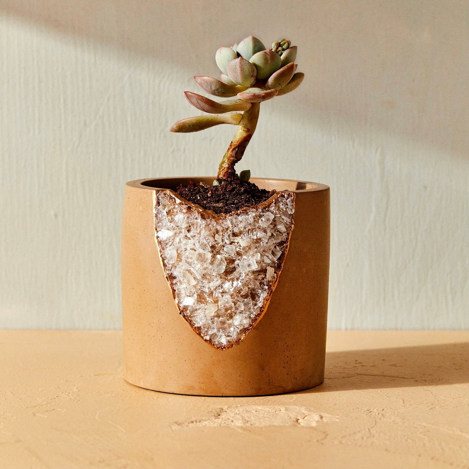 Cache-pot réalisé à la main, en ciment, décoré d'une fissure ornée de minéraux bruts naturels, talandbert, 72,51€.