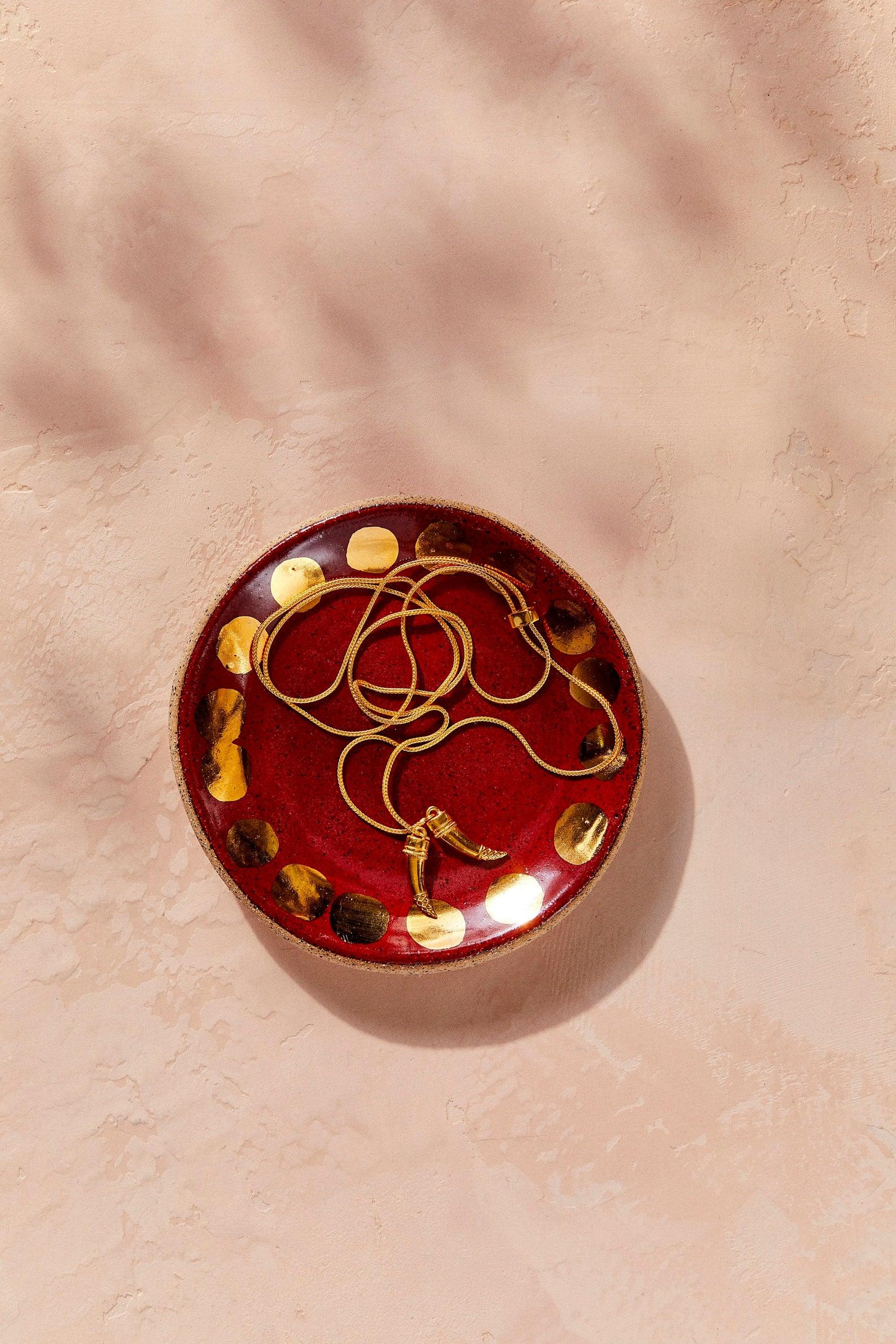 Assiette en céramique, formée, peinte, et vernie à la main, theobjectenthusiast, 29€.