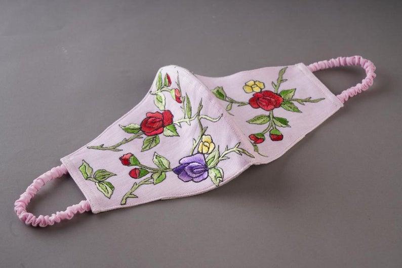 Masque en coton triple couche et broderies fleuries, Prabal Gurung x Etsy avec theWhiteTreedesigns, 34,77€.