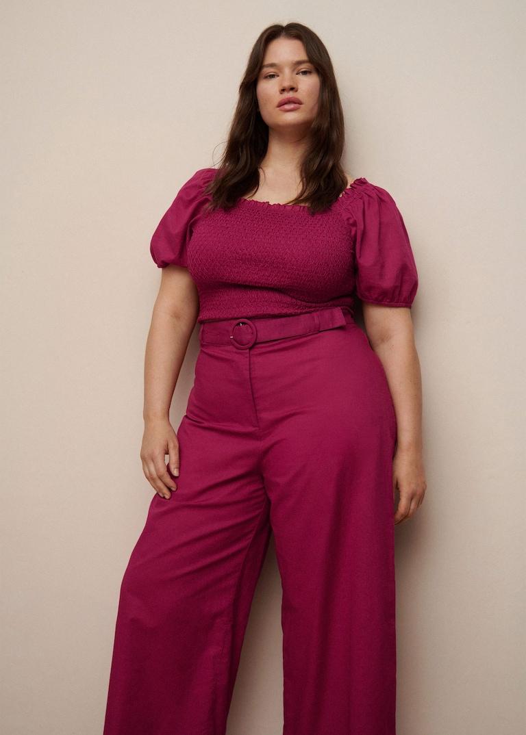 Blouse froncée à manches bouffantes, 39,99€, et jupe-culotte ceinturée longueur mi-mollet, 39,99€, Violeta by Mango, 49,99€.