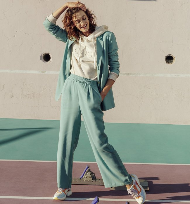 Veste de tailleur en lyocell, 49,95€, et pantalon large en lyocell, 39,95€, Promod.
