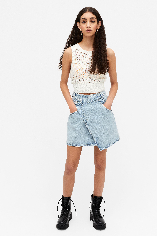 Mini-jupe en jean asymétrique, Monki, 25€.