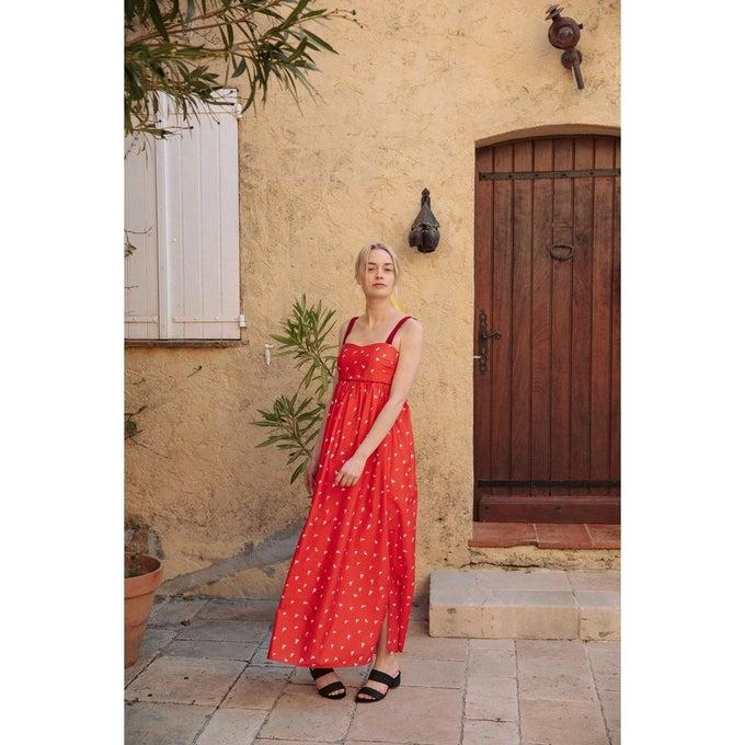 Robe à taille empire, imprimée, et larges bretelles rubans, en 100% coton, Soi Paris, 145€.