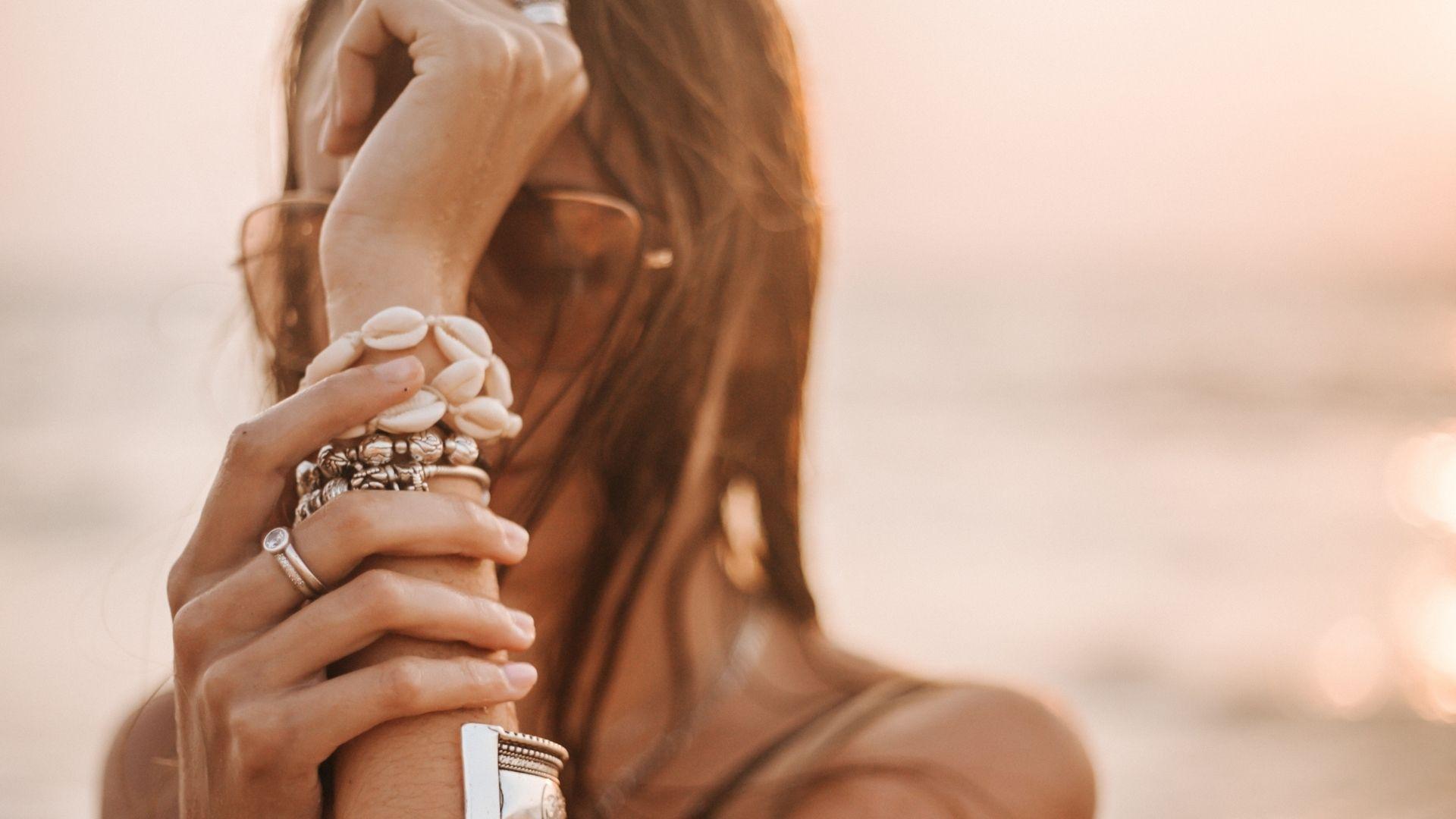 17 bijoux colorés pour sublimer son bronzage (et peut-être se porter chance)